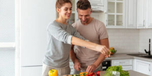 pareja-feliz-cocinando-juntos-batch-cooking